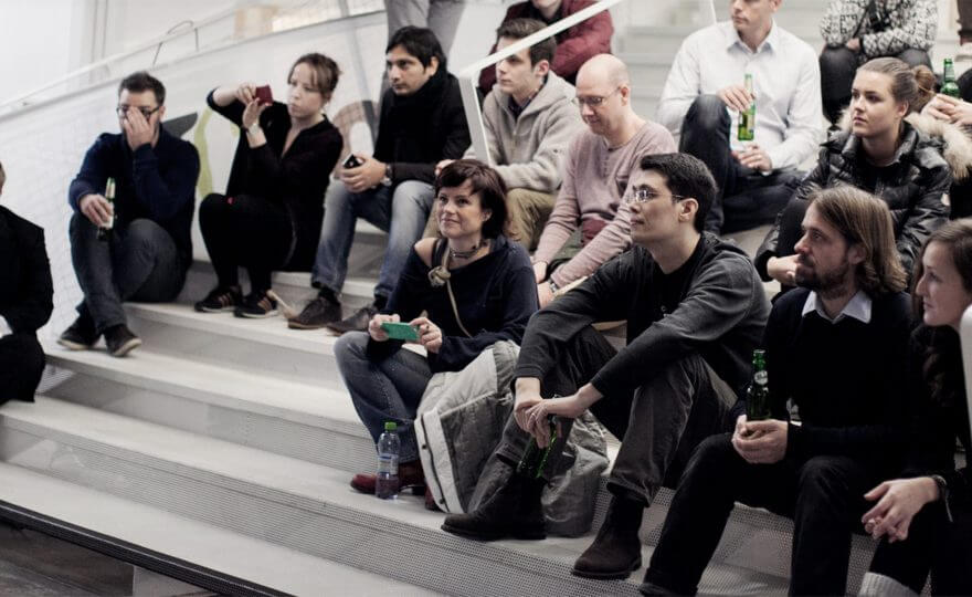Bilden visar en grupp människor som sitter i en trappa