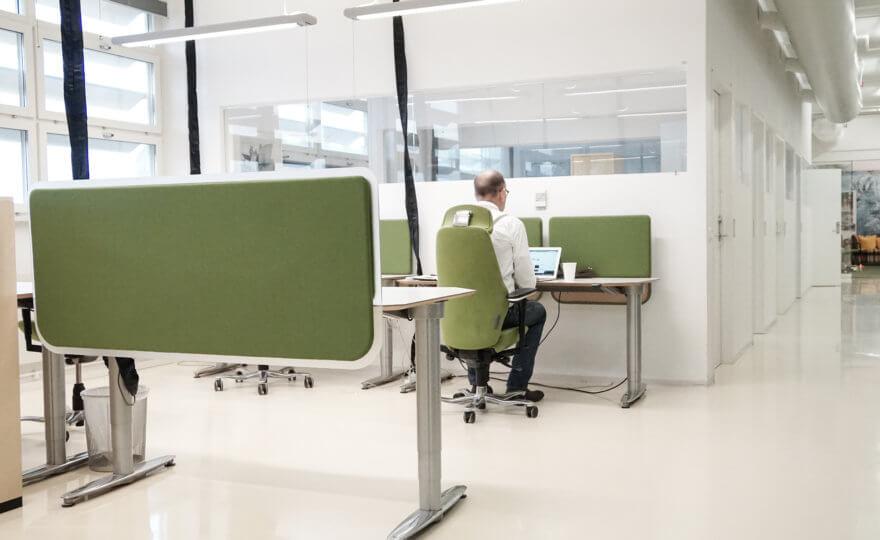 Bilden visar en man vid ett skrivbord.