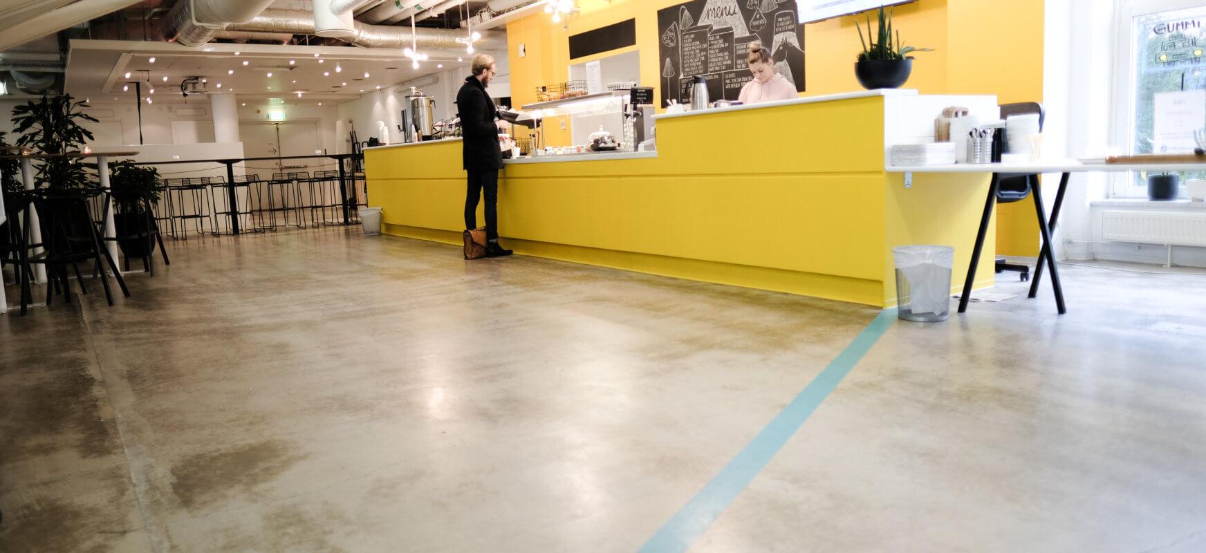 Bilden visar en öppen lokal med en gul disk