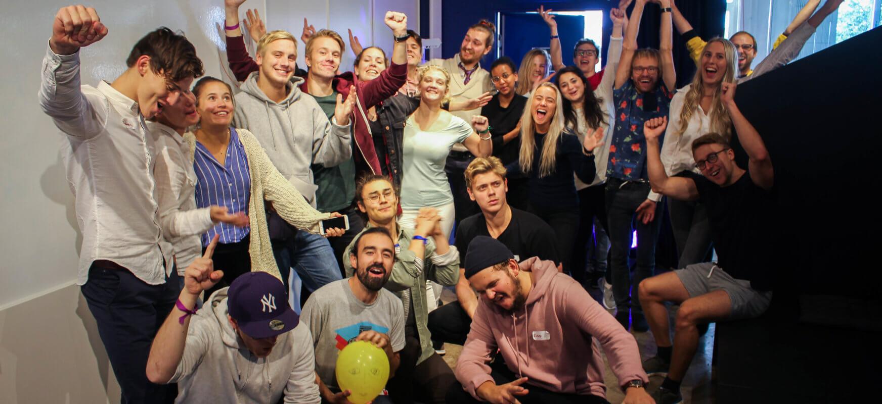 Bilden visar en grupp människor som jublar