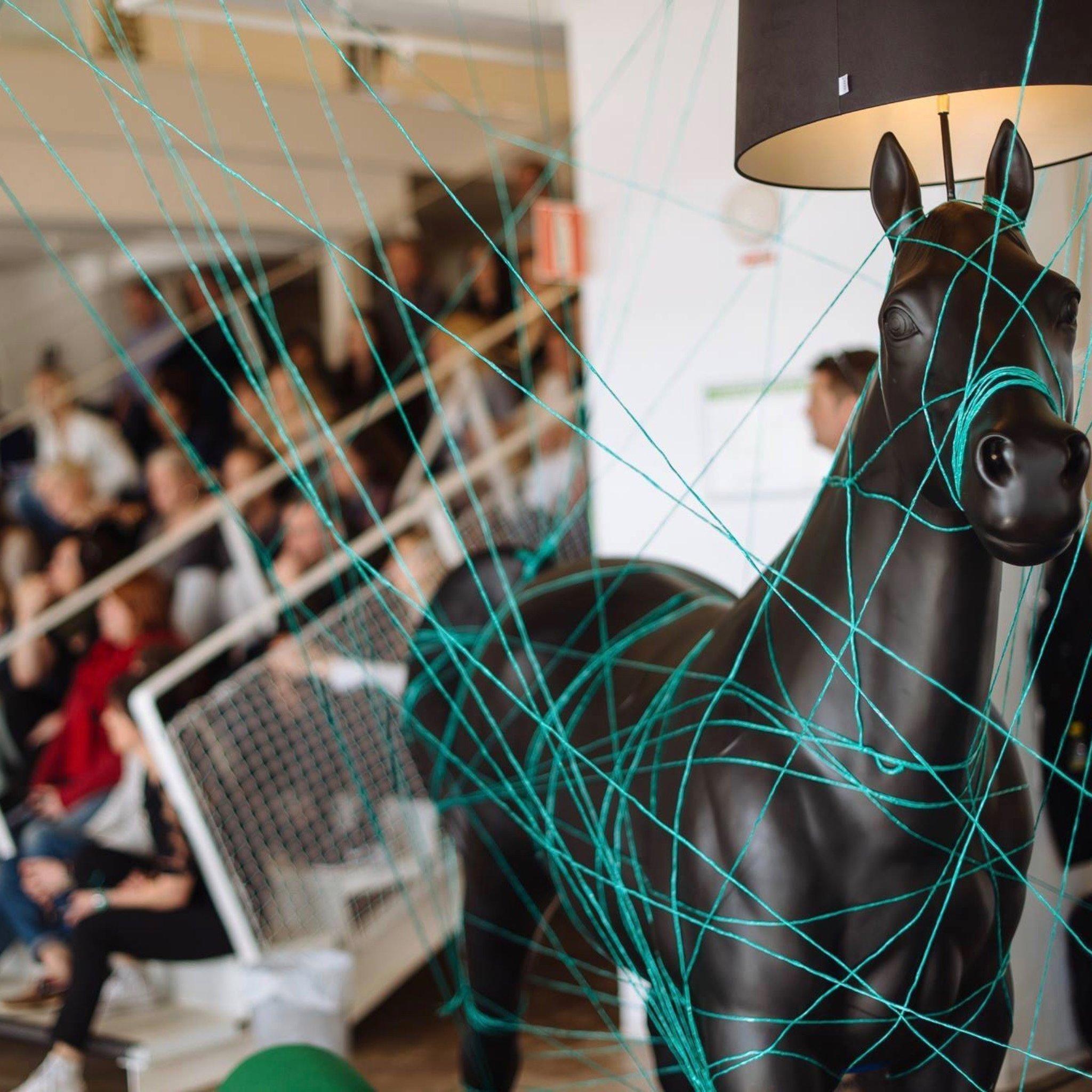 Bilden visar en hästlampa.